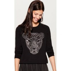 Sweter z połyskującą aplikacją - Czarny. Czarne swetry klasyczne damskie marki Mohito, l. Za 99,99 zł.