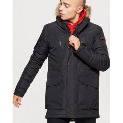 Zimowy płaszcz z kapturem - Czarny. Czarne płaszcze na zamek męskie marki Cropp, na zimę, l. Za 329,99 zł.