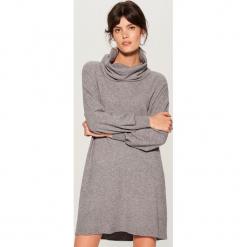 Dzianinowa sukienka z luźnym golfem - Szary. Czarne sukienki dzianinowe marki Molly.pl, na jesień, uniwersalny, z golfem, dopasowane. Za 119,99 zł.