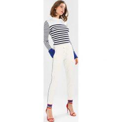 Rue de Femme SIXTEN SPORT PANT Spodnie treningowe offwhite/cobalt blue. Białe bryczesy damskie Rue de Femme, l, z bawełny. Za 419,00 zł.