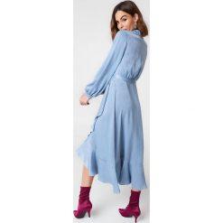 Sukienki: NA-KD Party Satynowa sukienka kopertowa z falbaną – Blue
