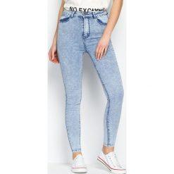 Jasnoniebieskie Jeansy Pale Brightness. Szare jeansy damskie Born2be, z podwyższonym stanem. Za 89,99 zł.
