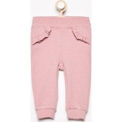 Spodnie niemowlęce: Spodnie z falbanką przy kieszeniach – Różowy