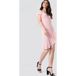 Kristin Sundberg for NA-KD Asymetryczna sukienka z falbaną - Pink. Różowe sukienki asymetryczne marki Kristin Sundberg for NA-KD, z asymetrycznym kołnierzem, midi. W wyprzedaży za 80,37 zł.