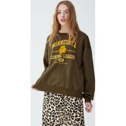 Bluza college z napisem. Brązowe bluzy damskie Pull&Bear, z napisami. Za 89,90 zł.