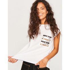 T-shirt z ozdobną kieszonką - Biały. Białe t-shirty damskie Reserved, l. Za 59,99 zł.