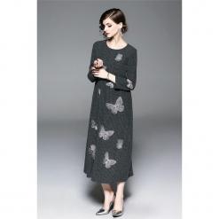 Sukienka w kolorze szarym. Szare długie sukienki marki Zeraco, z okrągłym kołnierzem, proste. W wyprzedaży za 349,95 zł.