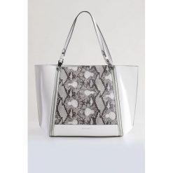 Torba z motywem wężowej skóry II. Szare shopper bag damskie marki Monnari, ze skóry, małe, zdobione. Za 103,60 zł.