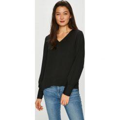 Vero Moda - Bluzka. Czarne bluzki z odkrytymi ramionami marki Vero Moda, l, z poliesteru, casualowe, z asymetrycznym kołnierzem. Za 119,90 zł.