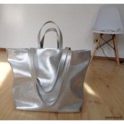 Torebki i plecaki damskie: Srebrna skórzana torba na ramię