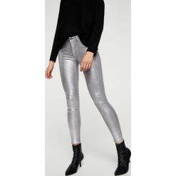 Mango - Jeansy Gloss1. Szare jeansy damskie Mango, z bawełny, z obniżonym stanem. W wyprzedaży za 79,90 zł.