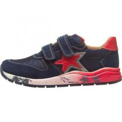"""Sneakersy """"Brayan"""" w kolorze granantowo-czerwonym. Czerwone trampki chłopięce Naturino, z aplikacjami, z materiału. W wyprzedaży za 172,95 zł."""