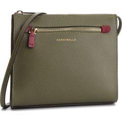 Torebka COCCINELLE - CV3 Mini Bag E5 CV3 55 H3 07 Caper/Grape 823. Zielone listonoszki damskie Coccinelle, ze skóry, na ramię. Za 899,90 zł.