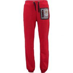 """Spodnie dresowe """"Mitor"""" w kolorze czerwonym. Czerwone joggery męskie marki Geographical Norway, z aplikacjami, z dresówki. W wyprzedaży za 117,95 zł."""