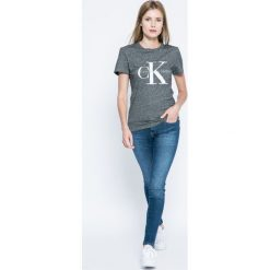 Wrangler - Jeansy. Niebieskie jeansy damskie Wrangler, z aplikacjami, z bawełny, z obniżonym stanem. W wyprzedaży za 259,90 zł.