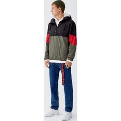 Kurtka z kolorowymi panelami. Czarne kurtki męskie marki Pull&Bear, m, w kolorowe wzory. Za 109,00 zł.