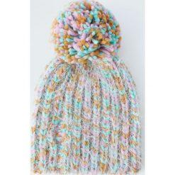 Kolorowa czapka z pomponem. Szare czapki damskie Pull&Bear, w kolorowe wzory. Za 49,90 zł.