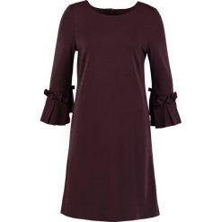 More & More Sukienka z dżerseju ruby wine. Czerwone sukienki z falbanami marki More & More, z dżerseju. W wyprzedaży za 367,20 zł.