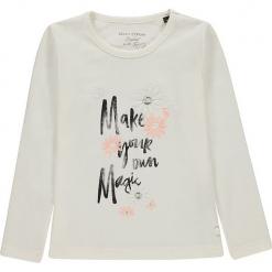 Koszulka w kolorze białym. Białe bluzki dziewczęce z długim rękawem marki Marc O'Polo Junior, z nadrukiem, z okrągłym kołnierzem. W wyprzedaży za 49,95 zł.