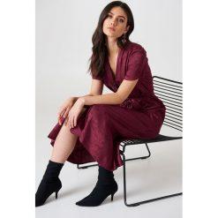 Długie sukienki: NA-KD Trend Satynowa sukienka w żakardowe kwiaty z wiązaniem - Red,Purple