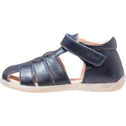Ocra Sandały navy. Niebieskie sandały chłopięce Ocra, z materiału, z otwartym noskiem. W wyprzedaży za 321,30 zł.