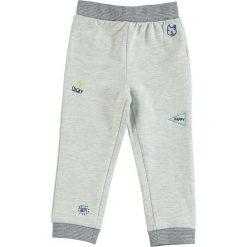 Spodnie dresowe w kolorze szarym. Szare dresy chłopięce Tom Tailor Kids, z dresówki. W wyprzedaży za 35,95 zł.