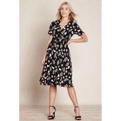 Sukienki hiszpanki: Portfelowa sukienka w kwiatki