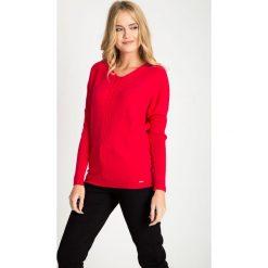 Malinowy sweter z ozdobnym splotem QUIOSQUE. Różowe swetry klasyczne damskie marki QUIOSQUE, na zimę, ze splotem, z klasycznym kołnierzykiem. W wyprzedaży za 99,99 zł.