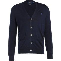 Polo Ralph Lauren Kardigan hunter navy. Niebieskie kardigany męskie marki Polo Ralph Lauren, m, z bawełny, polo. W wyprzedaży za 503,30 zł.