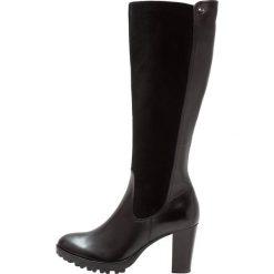 Caprice Kozaki na platformie black. Czarne kozaki damskie na platformie marki Kazar, z futra, przed kolano, na wysokim obcasie. W wyprzedaży za 377,30 zł.