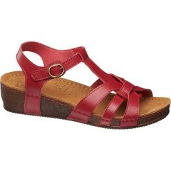 Sandały na koturnie Easy Street czerwone. Czerwone sandały damskie marki Easy Street, w paski, z materiału, na koturnie. Za 99,90 zł.
