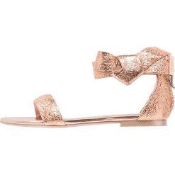 Ted Baker AFFII Sandały rose gold. Czarne sandały damskie marki Ted Baker, z materiału. W wyprzedaży za 345,95 zł.