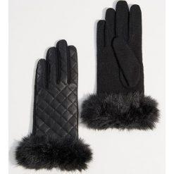Pikowane rękawiczki z futrem syntetycznym - Czarny. Czarne rękawiczki damskie Mohito, z syntetyku. Za 59,99 zł.