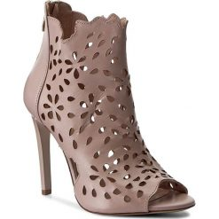 Botki CARINII - B3914  J90-000-000-B40. Czerwone buty zimowe damskie Carinii, ze skóry, na obcasie. W wyprzedaży za 259,00 zł.