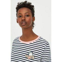 Koszulka z krótkim rękawem i naszywką. Niebieskie t-shirty damskie marki Pull&Bear. Za 49,90 zł.