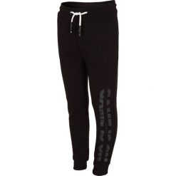 Spodnie dresowe dla małych chłopców JSPMD112 - głęboka czerń. Czarne spodnie chłopięce marki 4F JUNIOR, z bawełny. Za 39,99 zł.