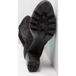 Felmini ALICE Kozaki na obcasie black. Czarne buty zimowe damskie marki Kazar, z futra, przed kolano, na wysokim obcasie, na koturnie. W wyprzedaży za 334,50 zł.