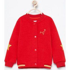 Bluza bejsbolówka - Czerwony. Czerwone bluzy niemowlęce marki Reserved, z kapturem. Za 49,99 zł.