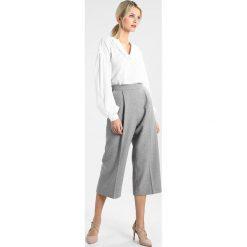 Bluzki asymetryczne: GAP RUFFLE V NECK SWISS DOT Bluzka white