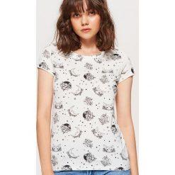 Koszulka z nadrukiem all over - Kremowy. Białe t-shirty damskie marki Cropp, l, z nadrukiem. W wyprzedaży za 14,99 zł.