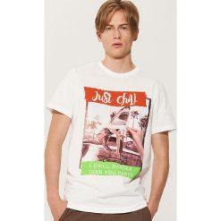 T-shirt z fotonadrukiem - Kremowy. Białe t-shirty męskie House, l. W wyprzedaży za 29,99 zł.