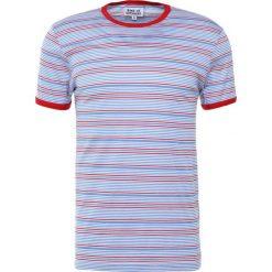 Band of Outsiders Tshirt z nadrukiem sky blue/ mast red. Niebieskie koszulki polo Band of Outsiders, m, z nadrukiem, z bawełny. W wyprzedaży za 356,30 zł.