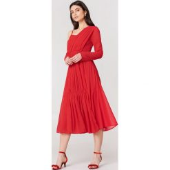 NA-KD Boho Asymetryczna sukienka - Red. Niebieskie sukienki asymetryczne marki NA-KD Boho, na imprezę, w koronkowe wzory, z koronki, boho, na ramiączkach, mini. W wyprzedaży za 38,99 zł.