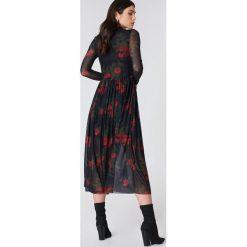 NA-KD Trend Siateczkowa sukienka midi z długim rękawem - Black,Multicolor. Białe długie sukienki marki NA-KD Trend, w paski, z poliesteru, z klasycznym kołnierzykiem. W wyprzedaży za 135,80 zł.