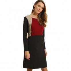 Sukienka w kolorze beżowo-czarnym. Brązowe długie sukienki marki Almatrichi, s, z okrągłym kołnierzem, z długim rękawem, proste. W wyprzedaży za 189,95 zł.