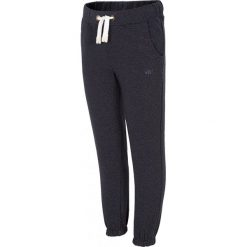 Spodnie dresowe dla dużych dziewcząt JSPDD200 - granatowy. Niebieskie spodnie chłopięce marki 4F JUNIOR, na lato, z bawełny. Za 39,99 zł.