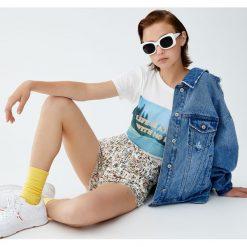 Spodenki jeansowe Wally. Białe szorty jeansowe damskie marki Pull&Bear. Za 75,90 zł.