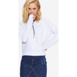 BLUZA NIEROZPINANA DAMSKA Z MARSZCZONYMI RĘKAWAMI. Szare bluzy damskie marki Top Secret, eleganckie, z chokerem. Za 39,99 zł.