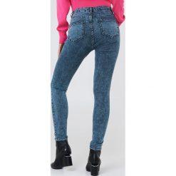 Trendyol Jeansy rurki z wysokim stanem - Blue. Niebieskie jeansy damskie rurki marki Trendyol, z denimu, z podwyższonym stanem. W wyprzedaży za 64,78 zł.