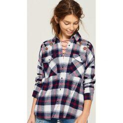 Koszula z biżuteryjną aplikacją - Wielobarwn. Szare koszule damskie marki Sinsay, l, z aplikacjami. W wyprzedaży za 39,99 zł.
